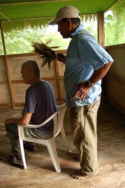 Don Pedro bei einer Behandlung.