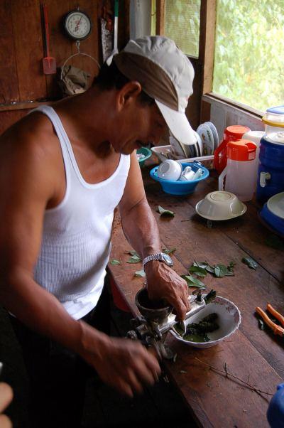 Don Pedro bei der Medizin-Zubereitung.